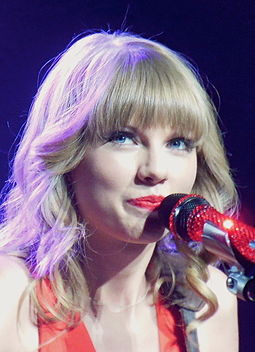 Swift_performs_in_St._Louis,_Missouri_in_2013